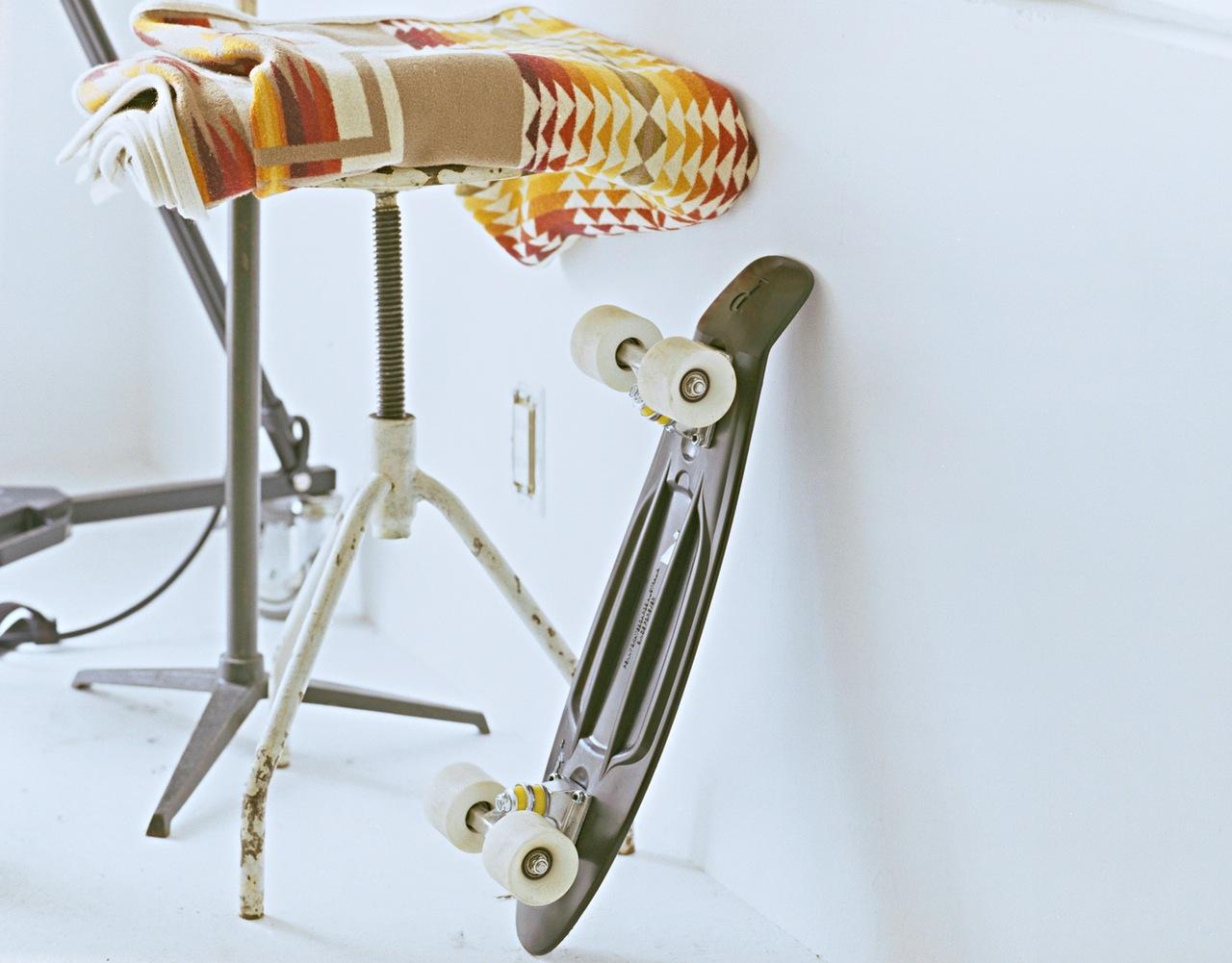 sport-white-rolls-skateboard